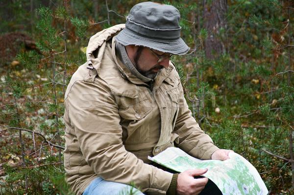 Andarilho mapa floresta cara bússola viajar Foto stock © fanfo