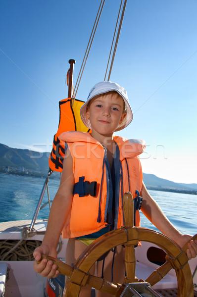 Pequeno menino velejar barco roda bonitinho Foto stock © fanfo