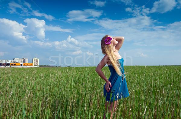 Nő zöld fű boldog város épületek lány Stock fotó © fanfo