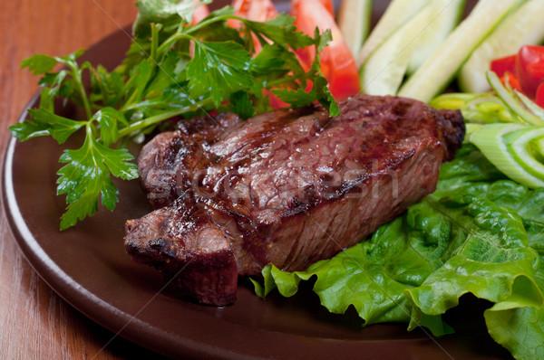 Grillezett marhahús steak fehér tányér zöldség Stock fotó © fanfo