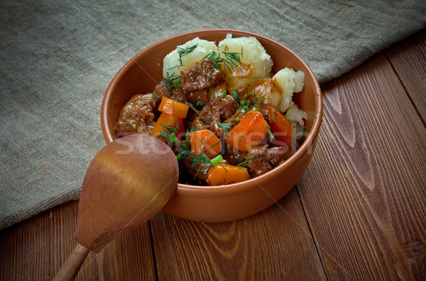 Hagyományos marhapörkölt lassú piros zöldségek krumpli Stock fotó © fanfo