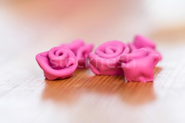 Primer plano dulce delicioso comestible rosas mesa de madera Foto stock © fantasticrabbit