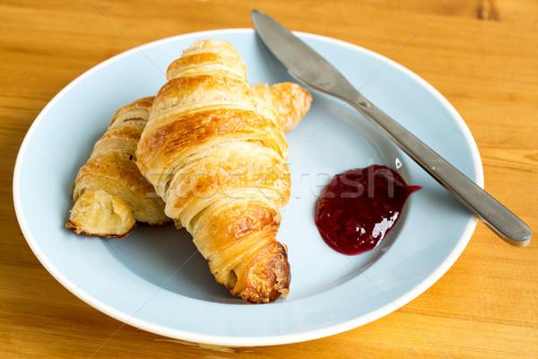 Frisch gebacken Croissants golden serviert Erdbeere Stock foto © fantasticrabbit