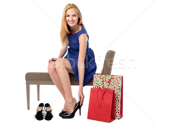 Mulher compras sapatos sorridente elegante mulher jovem Foto stock © fantasticrabbit