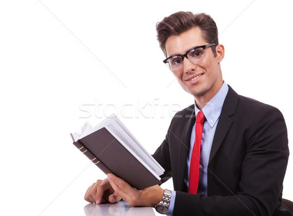 Zakenman lezing interessant boek zijaanzicht bureau Stockfoto © feedough