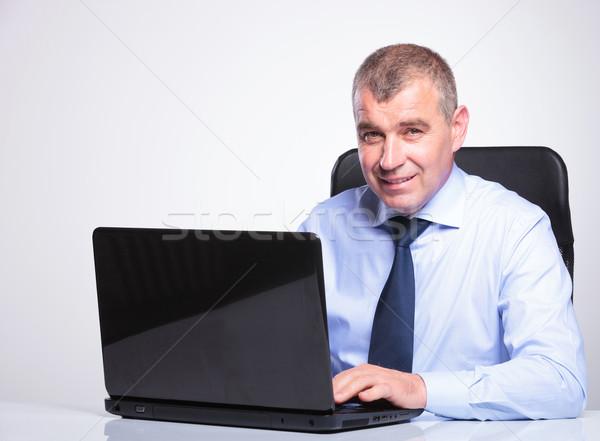 öreg üzletember dolgozik laptop idős férfi Stock fotó © feedough
