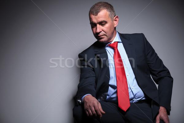 Di mezza età uomo d'affari guardando verso il basso riposo sgabello grigio Foto d'archivio © feedough
