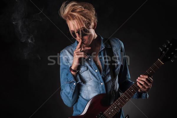 Klassz fiatal gitáros dohányzás játszik elektromos gitár Stock fotó © feedough