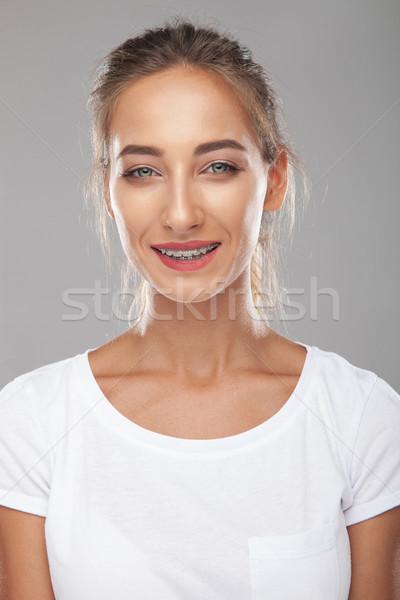 Jonge vrouw lachend bretels grijs vrouw gelukkig Stockfoto © feedough