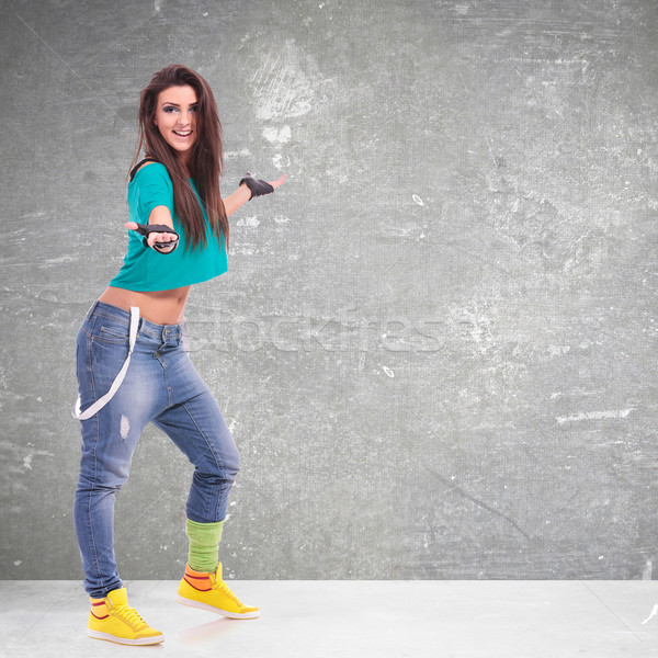 Sportos nő táncos bemutat valami fiatal Stock fotó © feedough