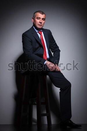 üzletember ül zsámoly megjavít nyakkendő oldalnézet Stock fotó © feedough
