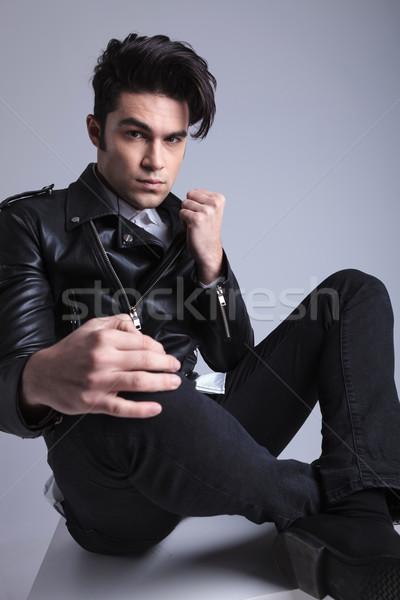 Fiatal divat férfi ül lábak keresztbe szürke Stock fotó © feedough