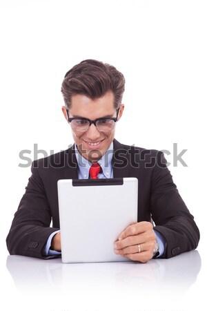 Foto stock: Hombre · de · negocios · lectura · interesante · tableta · sonriendo · jóvenes