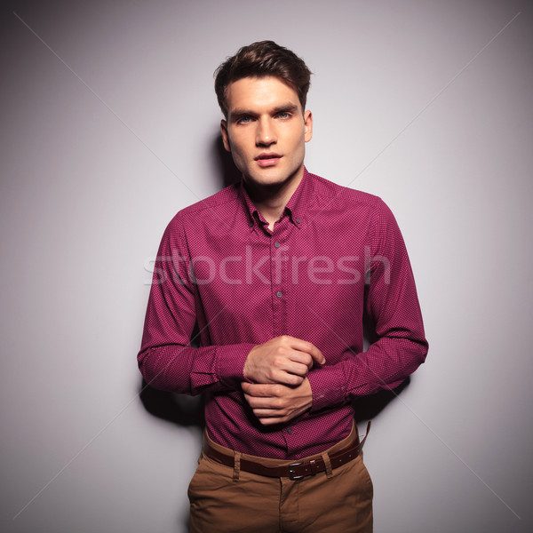 Przystojny młody człowiek rękaw ściany Zdjęcia stock © feedough