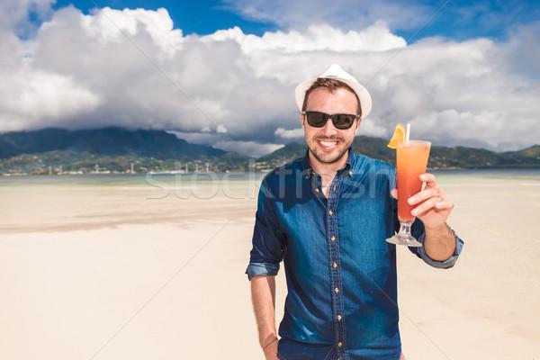 Homem bebida fria praia feliz moço provérbio Foto stock © feedough