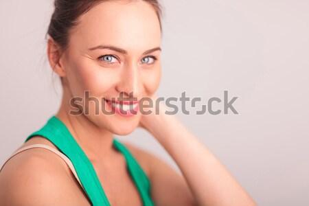 Vista lateral riendo mujer ojos azules mano Foto stock © feedough