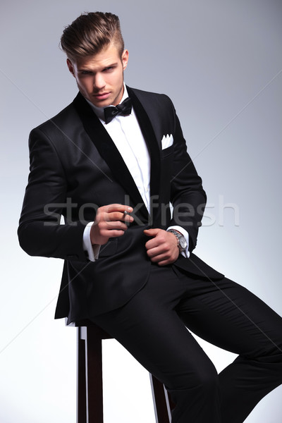 üzletember szivar zsámoly ülő elegáns fiatal Stock fotó © feedough