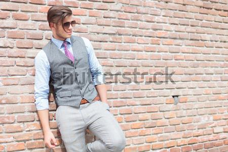 Casual hombre pared de ladrillo manos feliz Foto stock © feedough