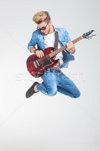 Stock fotó: Művész · ugrik · stúdió · játszik · gitár · divatos