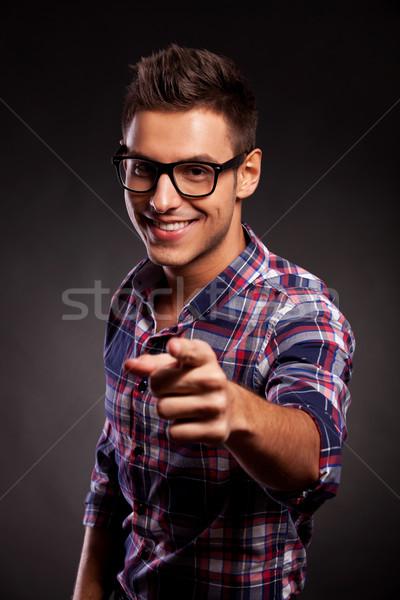 Jovem casual homem óculos indicação câmera Foto stock © feedough