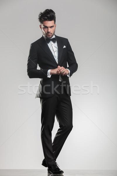élégante jeune homme regarder caméra Photo stock © feedough