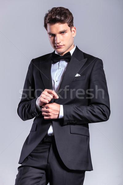 Młodych przystojny człowiek biznesu rękaw patrząc Zdjęcia stock © feedough