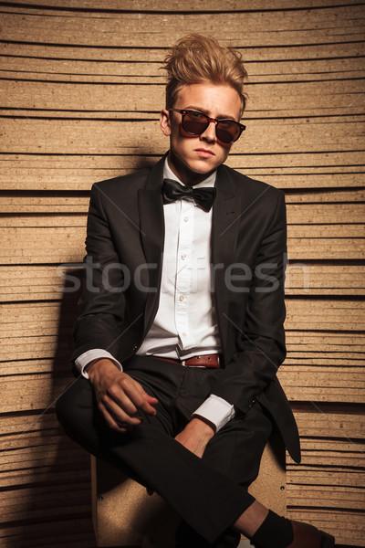 Jeunes homme d'affaires séance jambes croisées regarder caméra Photo stock © feedough