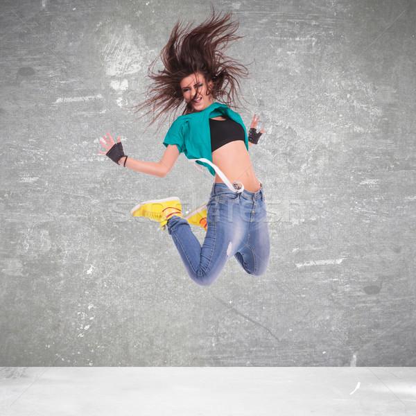 Stockfoto: Jonge · vrouw · danser · springen · muur · sport · haren