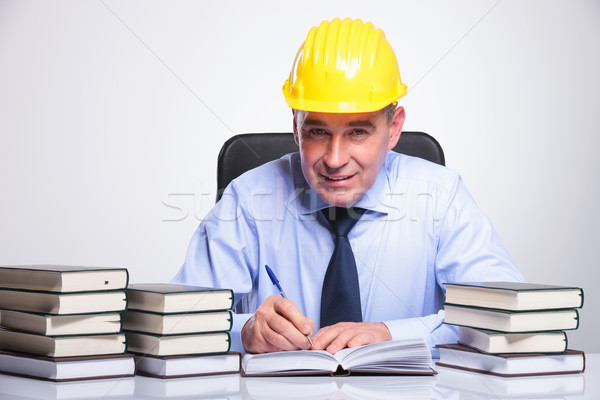 Edad hombre de negocios escritorio completo libros altos Foto stock © feedough