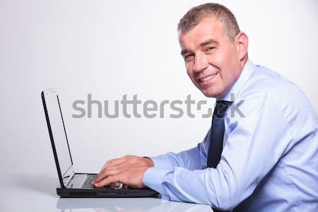öreg üzletember dolgozik laptop oldalnézet idős Stock fotó © feedough