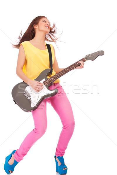 Foto stock: Mulher · jovem · jogar · guitarra · apaixonado · guitarra · elétrica · branco