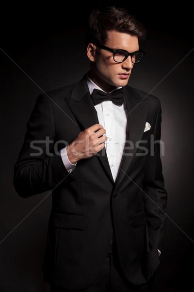 側面図 若い男 下向き 幸せ モデル ストックフォト © feedough