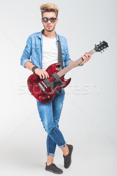 Homme jouer guitare studio permanent jambes croisées Photo stock © feedough