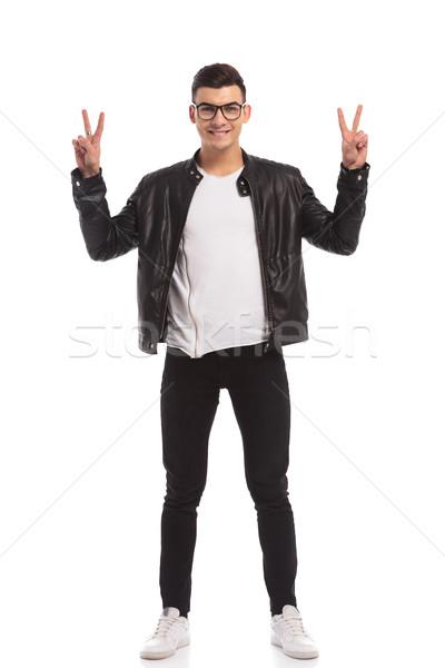 Szczęśliwy młody człowiek zwycięstwo podpisania odizolowany biały Zdjęcia stock © feedough