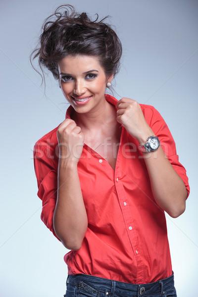 Mulher jovem tanto mãos ver casual Foto stock © feedough
