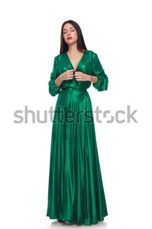 Gyönyörű nő zöld hosszú ruha áll csukott szemmel Stock fotó © feedough