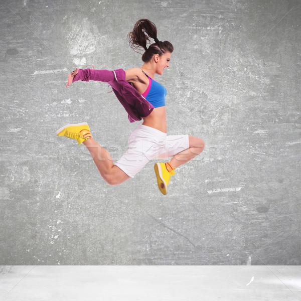 Stockfoto: Zijaanzicht · jonge · vrouw · danser · springen · grijs · sport