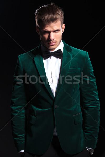 Adam yeşil kadife takım elbise ayakta eller Stok fotoğraf © feedough