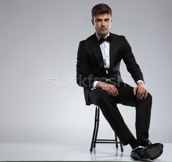 Anziehend junger Mann tragen schwarz Smoking Sitzung Stock foto © feedough