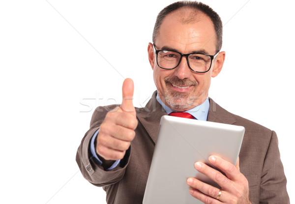 Felice senior imprenditore lettura una buona notizia tablet Foto d'archivio © feedough