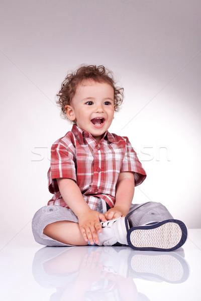 Opgewonden weinig jongen vergadering lachend gelukkig Stockfoto © feedough