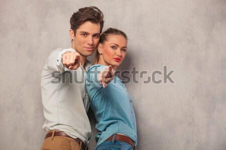 Sexy casuale donna appoggiandosi indietro fidanzato fotocamera Foto d'archivio © feedough
