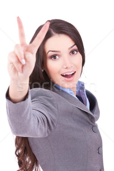 Zakenvrouw tonen overwinning teken heldere foto Stockfoto © feedough