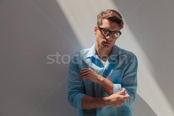 Przystojny przypadkowy młody człowiek rękaw patrząc Zdjęcia stock © feedough