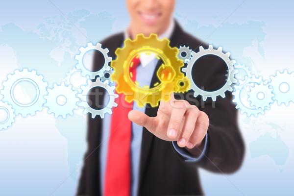Hombre de negocios empujando Cog botón palabra mapa Foto stock © feedough