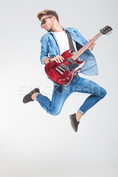 Gitarist springen spelen rock rollen naar Stockfoto © feedough