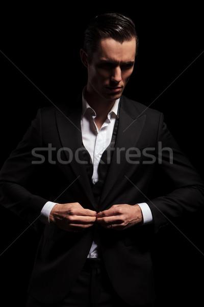 Elegante man zwarte smoking poseren donkere Stockfoto © feedough