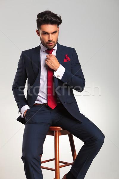 ülő elegáns üzletember megjavít nyakkendő szürke Stock fotó © feedough