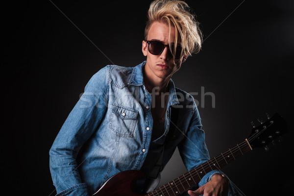 Serin genç gitarist güneş gözlüğü stüdyo Stok fotoğraf © feedough