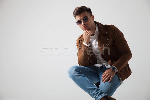 Cool młodych moda człowiek podbródek posiedzenia Zdjęcia stock © feedough